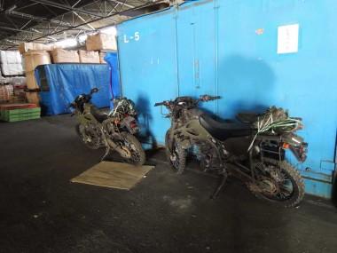 倉庫に置かれていた偵察オートバイKLX250。この風景を見るまでは、偵察オートバイKLX250が買える事になるとは信じられなかった。