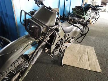 コンディションが少し悪い偵察オートバイKLX250。これをA号と呼ぶことにした。