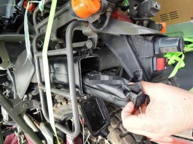 程度の良い状態の自衛隊偵察オートバイKLX250には、きちんとした状態で工具箱がついてきた。しかも工具付きだ。