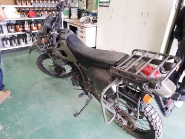 ピュアベースに搬入される偵察オートバイKLX250