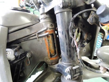 車台番号の溶断部分。ここをなんとかするために、この偵察バイクをフレームだけにする必要がある