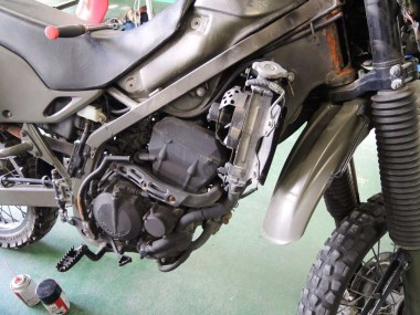 複雑な水冷システムを採用している偵察オートバイKLX250