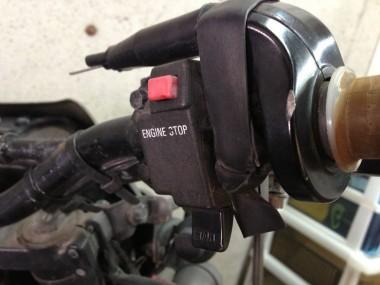 自衛隊オートバイKLX250のアクセル部分の拡大。スロットルを固定するゴムバンドが装着されている