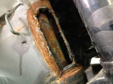 偵察オートバイKLX250の車台番号溶断部分。完全に破壊されている。