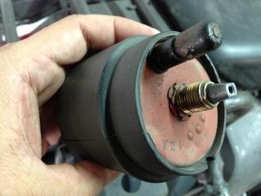 偵察オートバイKLX250の灯火管制用スイッチ部分。上にあるチクビは安全装置だ。