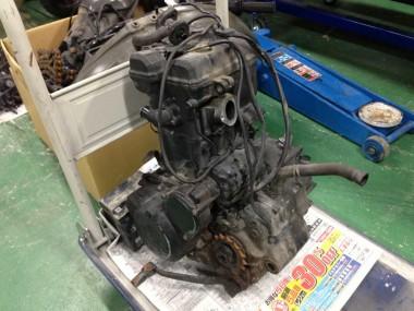 取り外されたエンジン。今回は水冷ユニットなどの関連パーツが多いので、私のような素人には難しい構造になっている