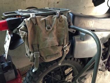 日常の足モードで、無線機を取り外してミリタリーなバッグを取り付けている偵察オートバイXLR250R