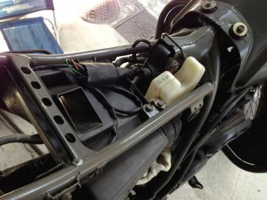 キャブレターの交換方法をすっかり忘れてしまった。燃料タンクはたしか外していたような・・・?