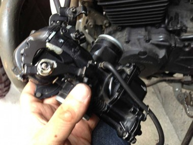自衛隊仕様偵察オートバイXLR250を制作した際に、自分で民生品を黒く塗ったキャブレター