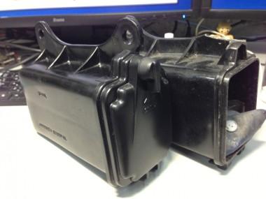 新品のツールボックス(工具箱)と偵察オートバイKLX250に付属してきた壊れたツールボックス。形状もサイズも同じものだ。ス(工具箱)