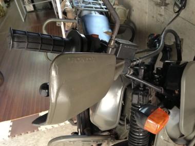 オフィスの機動戦力として活躍している偵察オートバイ風XLR250R。ナックルガードは色が剥がれる度に、タミヤカラーで再塗装している