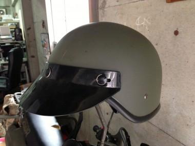 現在はアライ製フルフェイスヘルメットが支給されていると聞く。しかし、このハーフメットモデルも基地祭などではまだまだ数多く見かける事ができる