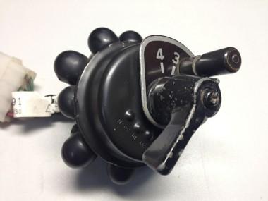 スイッチの後部ある丸いもこもこは、電極を保護するもののようだ