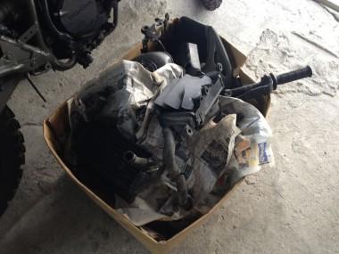 偵察オートバイKLX250の燃料タンクやプラ製外装品など全部。再塗装はせずにオリジナリィを生かした状態で再利用する