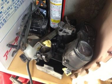 メーター部分とエンジン周りのパーツ。これもこのまま再利用する予定だ。
