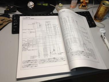サービスマニュアルの配線図。とくに電気に詳しくない私にとっては、読み解くのは一苦労だ