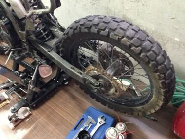 スイングアームに後輪とブレーキユニットを取り付けた。ちょっとクリーニングをする必要がありそうだ