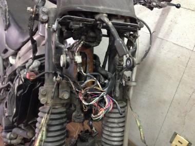 分解されていない偵察オートバイKLXのライト部分を開けて、配線を一本一本追いかける作業を続ける