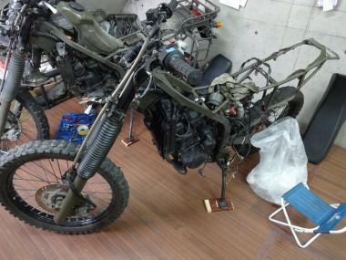 手前の偵察オートバイKLX250がレストア中の車体。奥のものが参考にしているもう一台の偵察オートバイKLX250