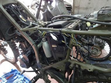 もう1台の偵察オートバイKLX250とサービスマニュアルを参考にして、忠実にメインハーネスをフレームに這わせていく
