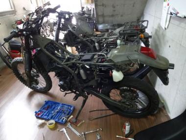 ここまで出来上がった偵察オートバイKLX250。奥にある偵察オートバイを参考にして組み立て作業をしている