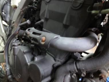 エンジンから伸びる排気パイプは取り付けがとても困難だったパーツのひとつ。かなり力のいる作業だった