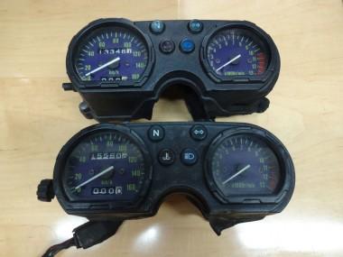 偵察用オートバイKLX250に付属してきたメーターASSYは、正面から見ればダメージはないように見える