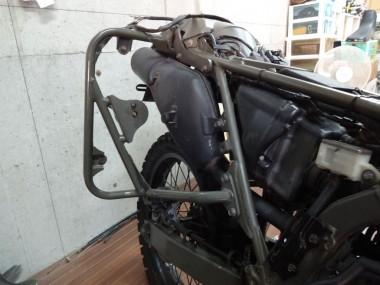 偵察オートバイKLX250の後部ガード(右側)。灯火管制用の配線を這わせて、きちんと固定した