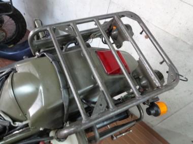 偵察オートバイKLX250のリアキャリアー。ウィンカーと灯火管制用ランプの電球の新品に交換した