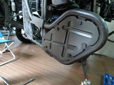 偵察オートバイKLX250のフロントガードは、ネジの位置がどうしても合わないので、とりあえず仮止めしてある