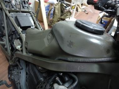フレームにきちんと収まった燃料タンク。燃料チューブなどもすべて自衛隊から払い下げられた状態のものを使用している