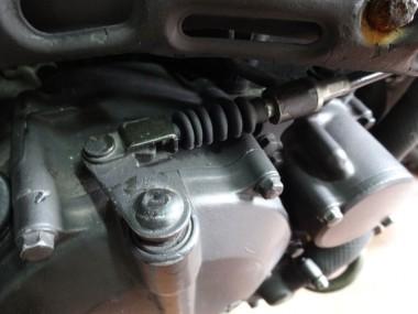 アクセルワイヤーのこのゴムの部分は、偵察オートバイKLX250から部品を再利用。ちょっとしたこだわりである