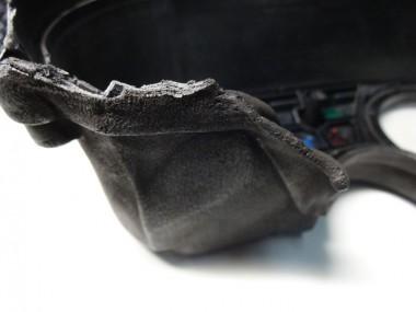 メーター外装のプラパーツは、熱で大きく変形している。プラ部分が割って剥がして、やっとメーター内部が取り出せた