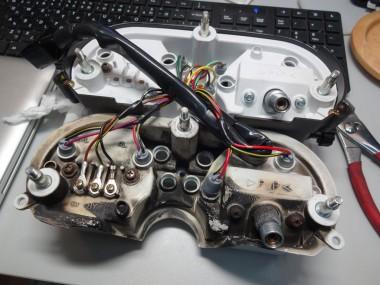 下のメーターは偵察オートバイKLX250に付いていたもの。溶断のあとが痛々しいが、機能的に問題のない事を祈りながら再利用する