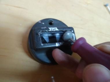 灯火管制ランプの割れたガラスの部分を、リューターで丁寧に削り取る作業を続ける