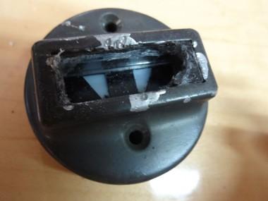 激しく壊された灯火管制ランプのガラス部分。このままでは取り付けどころか作業自体に怪我の危険が伴う