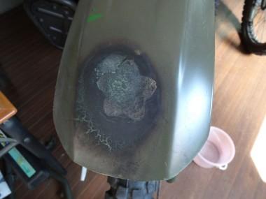 高熱(溶接機?)で偵察オートバイKLX250のフェンダーはご覧の通り。桜のマークは判別できるが、表面がデコボコでなんとも格好が悪い