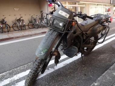 こんちゃねさんオフィスに搬入する偵察オートバイKLX250。でっかく「修適」のラベルがはられていた