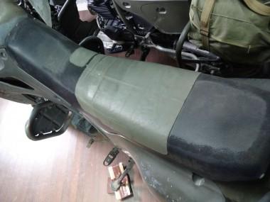 シートが大きく破損しているのか、分厚い布テープで補修してある偵察オートバイKLX250