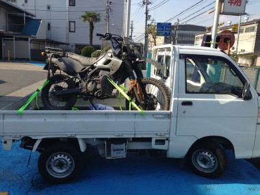 福山通運のデポ止で送られてきた偵察オートバイKLX250。軽トラに積み替えてこんちゃねさんオフィスへ