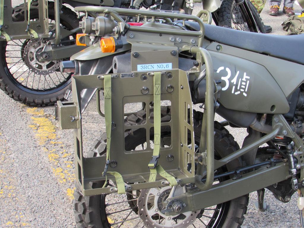 偵察オートバイ用の三菱電機製の新型無線器用ラック